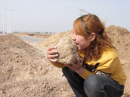 Dirt Eating Girl May Set Guiness Record picture