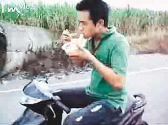 taiwan-man-scooter-newspaper Incredible Scooter Lunch Stunt picture