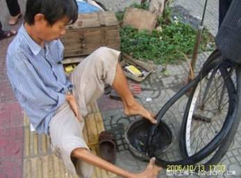 foot-tire05 Handless Man Uses Feet to Repair Tires picture
