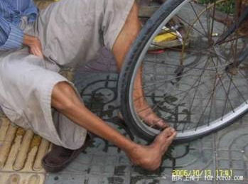 foot-tire06 Handless Man Uses Feet to Repair Tires picture