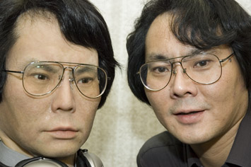 Japanese Scientist Creates Robot Twin picture