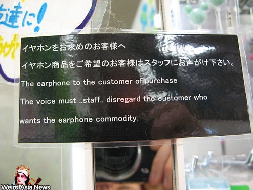 staff-disregard-the-customer-who-wants-the-earphone-commodity