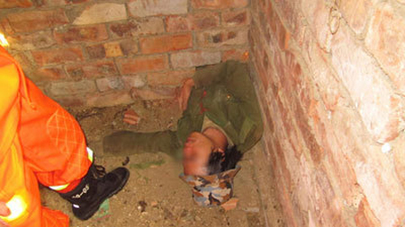 Chinese Burglar Trapped By Hole in Wall picture