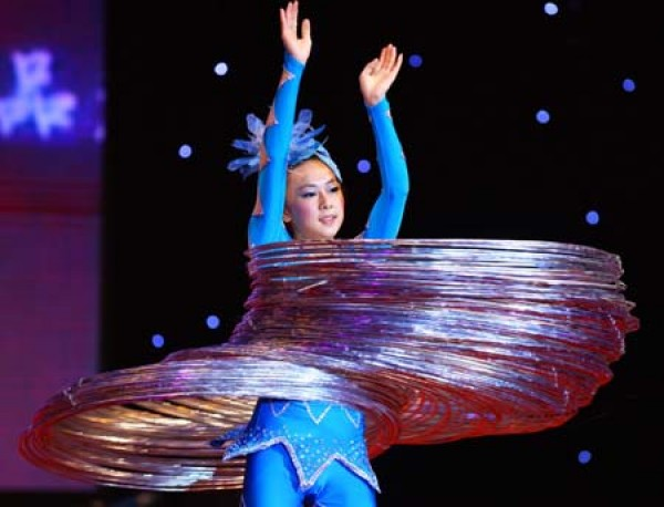 Chinese Woman Dazzles Crowd with Impressive Hula Hoop Skills picture