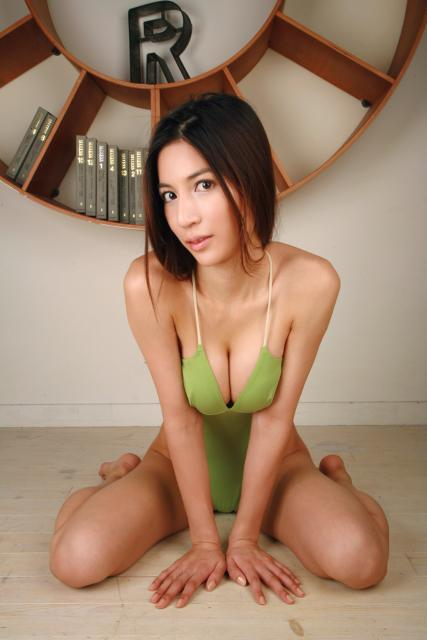 Japanese adult film star Anri Suzuki, 24, is offering free sex to Chinese ...