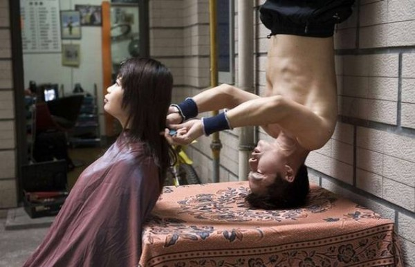 kung fu haircut 600x386 Kung Fu Barber Gives Upside Down Haircuts picture