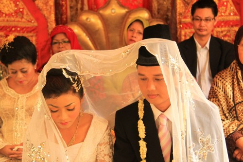 Groom 500x333 Indonesian Bride Discovers Groom to be a Woman picture