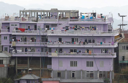 The World's Largest Family: 181 Live in 100 Room House picture