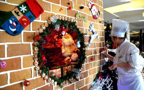 Chinese Hotel Creates Giant Gingerbread House for Guests picture