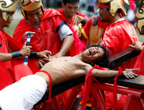 Filipinos Crucify Themselves to Prove Their Faith picture