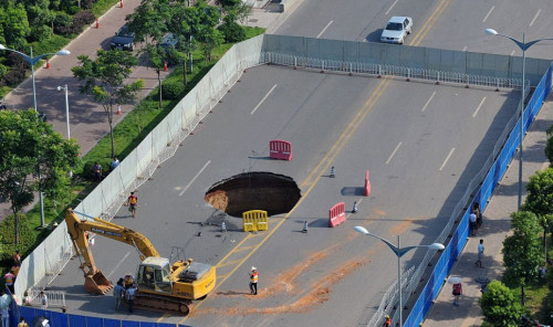 Giant Sinkhole in China Swallows BMW, Kills 1 picture