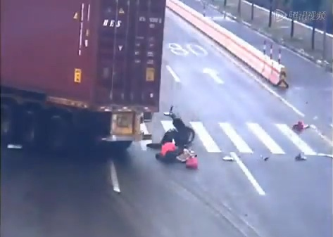 motorcycle Impatient Motorcyclist Narrowly Escapes Death picture
