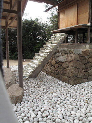 Japans Goo Shrine Unveils Glass Stairs and a Hidden Chamber picture