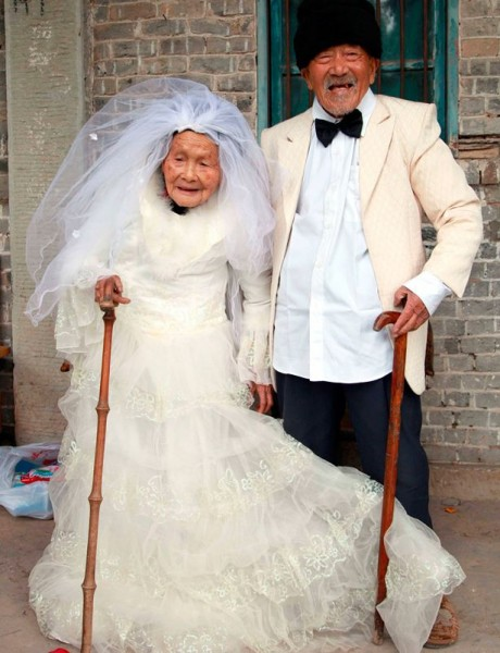 Old Couple Poses for Wedding Photos...88 Years Later picture