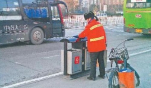 Chinese Real Estate Tycoon Works As a Street Cleaner picture
